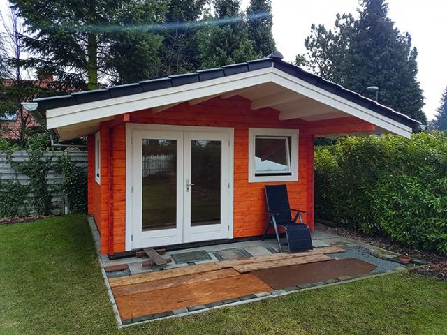 Satteldach, Doppeltür, Ziegeleindeckung, farbig lasiert